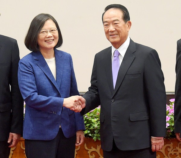 President Tsai Ing-wen, left, yesterday shakes hands with People First Party Chairman James Soong, whom she has named the nation's chief delegate to next month's APEC summit, at a news conference at the Presidential Office in Taipei. Photo: Huang Yao-cheng, Taipei Times