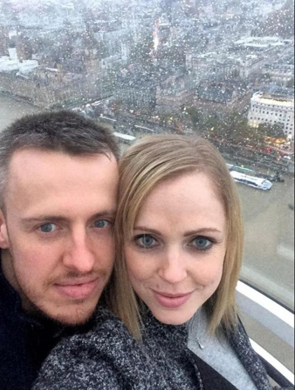 被夏普P成合照的男子是31歲的麥奎特(Graham McQuet,左),他其實已和33歲的施蒂林(Marianne Stirling,右)是未婚夫妻。(圖擷自臉書)