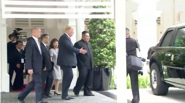 川普和金正恩午餐後在酒店周邊漫步,期間川普還帶著金正恩靠近他重達9噸的總統專車「野獸」。(路透)