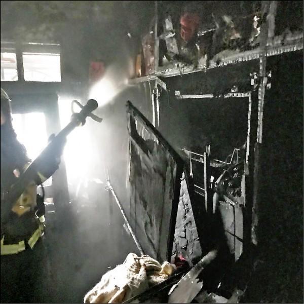 藝人康龍位於新北市三重區的3樓公寓昨火警,起火原因疑是電暖器電線走火。(記者吳仁捷翻攝)