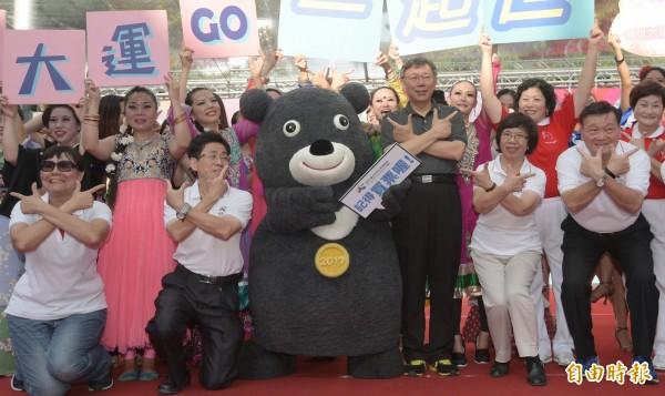 台北市長柯文卯足全力宣傳世大運。(資料照,記者張嘉明攝)
