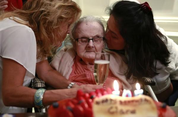 英國傳奇戰地女記者霍林沃思昨(10日)在香港逝世,圖為去年10月10日霍林沃思歡度105歲生日。(美聯社)