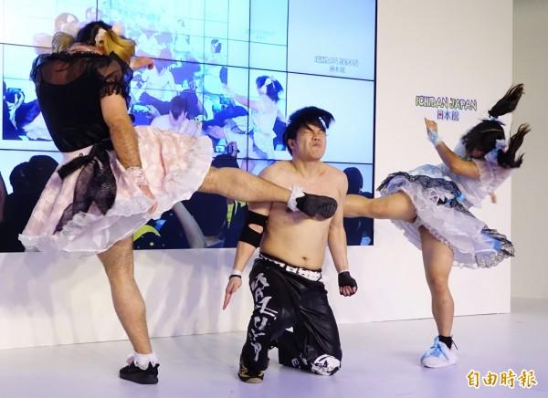 由「鬍鬚女」與最萌健康美少女才木玲佳組成的日本偶像團體「DEADLIFT LOLITA」,13日來台展現女僕蕾絲與肌肉的「反差萌」,除了歌舞表演,還有摔角秀,從台上打到台下,炒熱漫畫博覽會現場氣氛。(記者張嘉明攝)