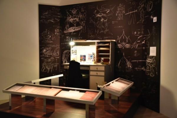 在這次的展覽中,也有展示過去富野總監創作時的桌子。(取自網路)