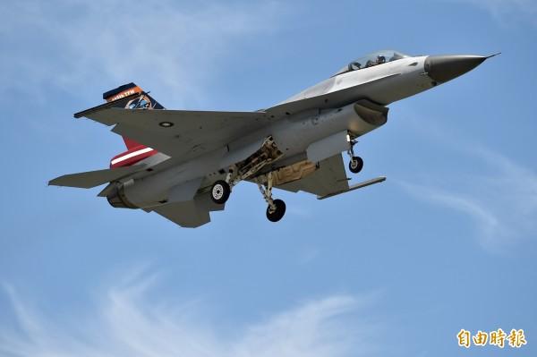 今天上午有中國轟六等戰機從鵝鑾鼻南方接近我國防空識別區,台灣F-16戰機則立刻升空進行驅離。(資料照,記者張忠義攝)