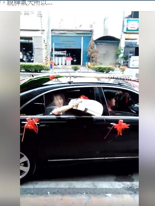 新娘臉上露出狠勁,丟出冷氣機。(擷取自臉書「新竹爆料公社」)