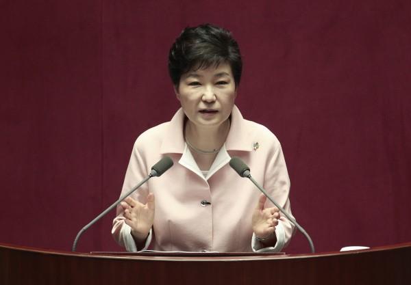 南韓前總統朴槿惠日前被彈劾下台,有外媒報導指出,據傳檢方準備了100頁以上的提問內容,多達200個以上的問題要詢問朴槿惠。(美聯社)