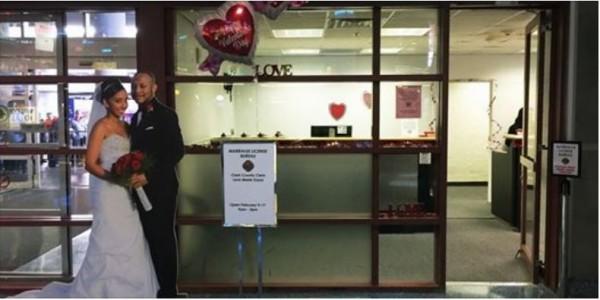 在美國賭城的麥卡倫機場有設置臨時登記處,讓想快點結婚的情侶能更快更方便拿到結婚許可證。(圖擷取自facebook)