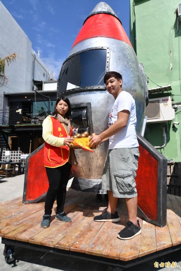 超大扭蛋機拚觀光公益,與華山基金會合作。(記者蔡宗憲攝)