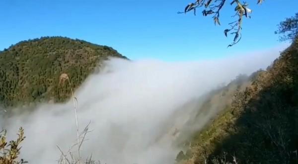大陸冷氣團一波波來襲,玉山群峰不時出現雲瀑奇景,令人嘆為觀止。(記者謝介裕翻攝)