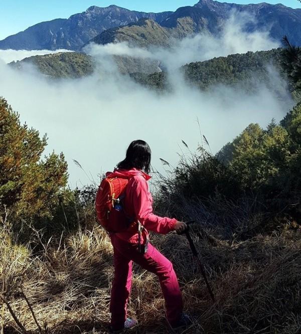 大陸冷氣團一波波來襲,玉山群峰雲海、雲瀑美景,吸引山友目光。(記者謝介裕翻攝)