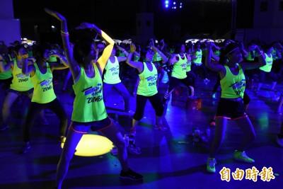 ZUMBA螢光派對 兩千人舞力全開!
