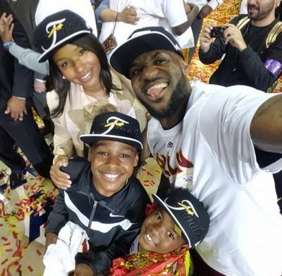 NBA》家人是最重要的資產! 小皇帝奪東冠緊抱幼兒