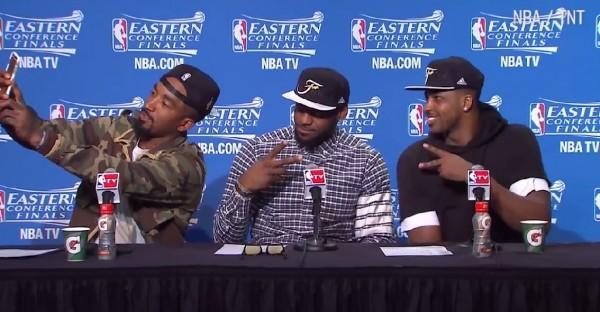 NBA》打臉「甜瓜」?「神經刀」記者會超嗨自拍