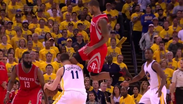 NBA》打球還打人?浪花弟遭亞里札飛膝爆頭