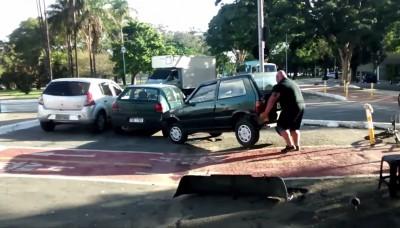 全世界最壯的男人? 大叔對付違停車這招超扯...
