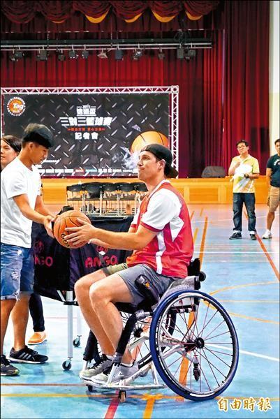 灰熊烏德克訪台 坐輪椅投籃一樣準