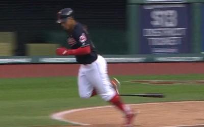MLB》林多好糗 跑一壘被自己球棒絆倒(影音)