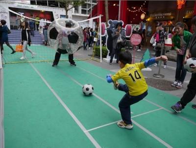 熊讚當關歡慶耶誕 威秀廣場變身迷你足球場