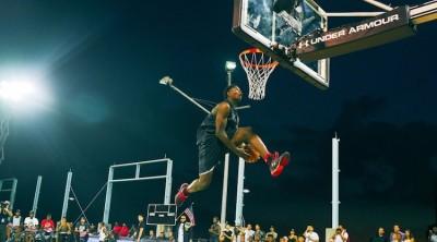 籃球》驚人!怪物高中生快攻上演360度爆扣(影音)