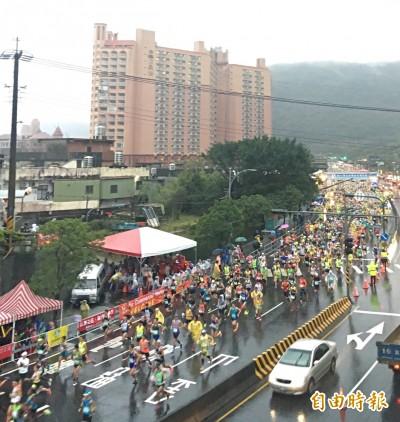 路跑》萬金石馬拉松陰雨中起跑 朝挑戰銀標邁進