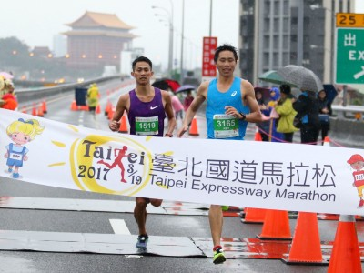 路跑》台北國道馬拉松雨中起跑 何盡平衝線半馬險勝