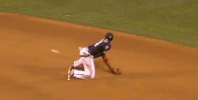 MLB》金手套老將超帥氣 再秀背後傳球美技(影音)