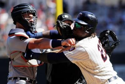 MLB》兩隊互砸清空板凳 老虎險勝雙城止四連敗(影音)