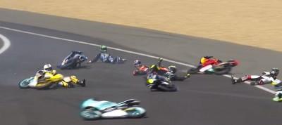 MotoGP》摩托車「集體雷殘」 現場全嚇呆了(影音)