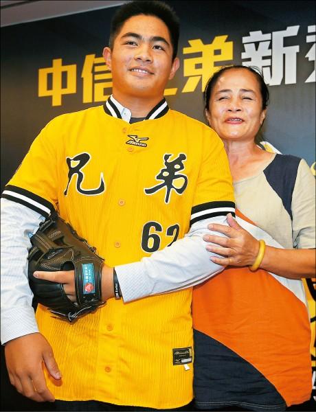 穀保強投╱萬昭清要報中職選秀 學長陳琥︰職棒是「大人的世界」