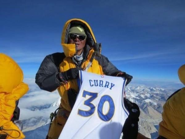 NBA》提前登頂?柯瑞球衣在世界之巔飄揚