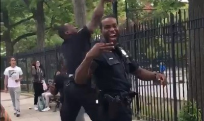 人人都是籃球巨星!警察公園外秀超扯Logo Shot(影音)