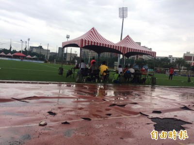 世大運足球測試賽 球員露天裸體換衣、周邊場地破損