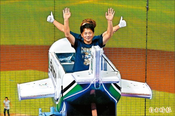 洪總坐小飛機致謝 「10號隊友全台最強」