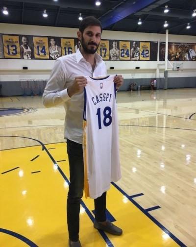 NBA》正式加盟勇士 卡斯比開心拿球衣合照