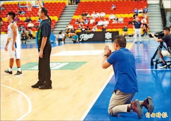 瓊斯盃》菲教練跪地求正義 仍輸掉第一