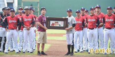 中職》破台灣職棒總教練最多勝紀錄 猿隊表揚洪一中