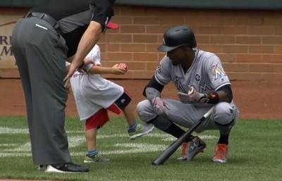MLB》馬林魚快腿與小球迷互動 竟被偷踢一腳(影音)