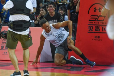 NBA》好球變好「糗」 柯瑞重現K湯360度掉漆灌籃(影音)
