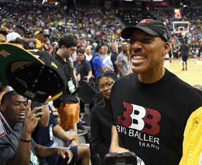 NBA》再度槓上籃球之神 球爸:雨中穿夾腳拖照贏你