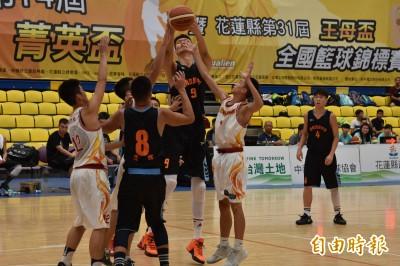 菁英盃》高到誇張!中國高世鰲222公分 籃球場上宛如大人打小孩