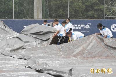 世大運》球場降下大雨 台韓戰延至晚間7點15分開打