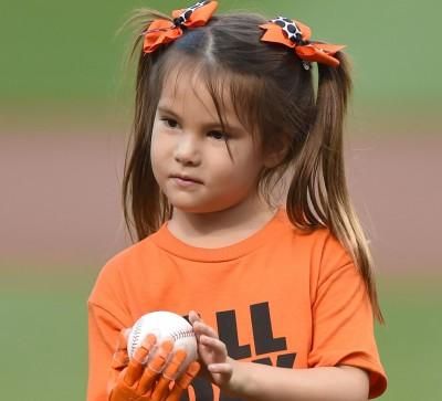 MLB》超暖心! 大聯盟圓7歲女孩世界大賽開球夢