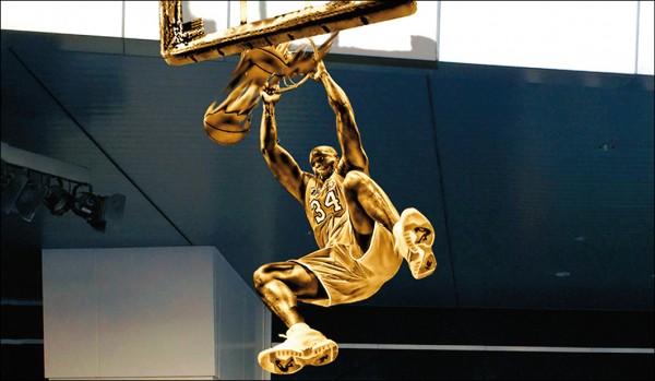 湖人雕像籃球隊 等Kobe報到