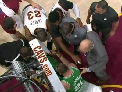 NBA》海沃德受傷上擔架 詹皇暖心舉動被拍下(影音)