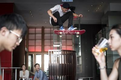 滑板》整間酒吧當滑板場 捷克運動員來台拍紀錄片