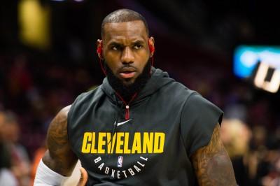 NBA》演奏國歌跪地球員無球打 詹皇懷疑遭封殺