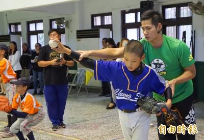 MLB》陳偉殷來指導 竹縣少棒選手見偶像超開心