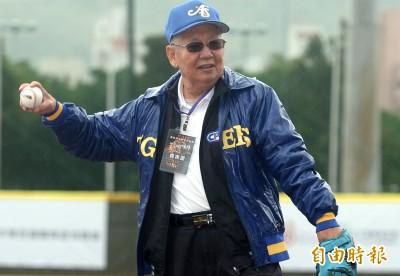 傳奇公益賽》高齡80歲 三商虎隊首任總教練林信彰開球