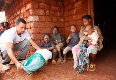 NBA》柯瑞神射紅靴做公益 送蚊帳到非洲防治瘧疾